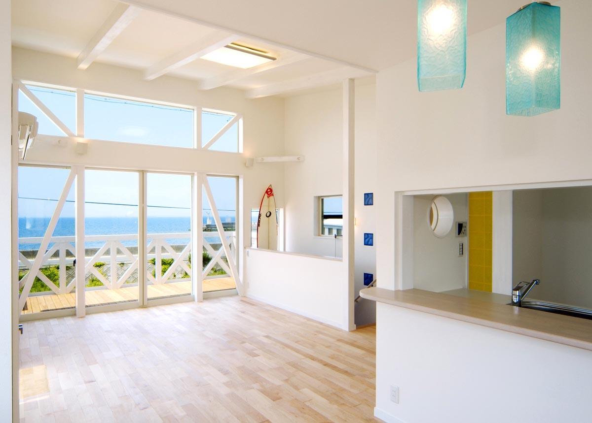 海に開く家