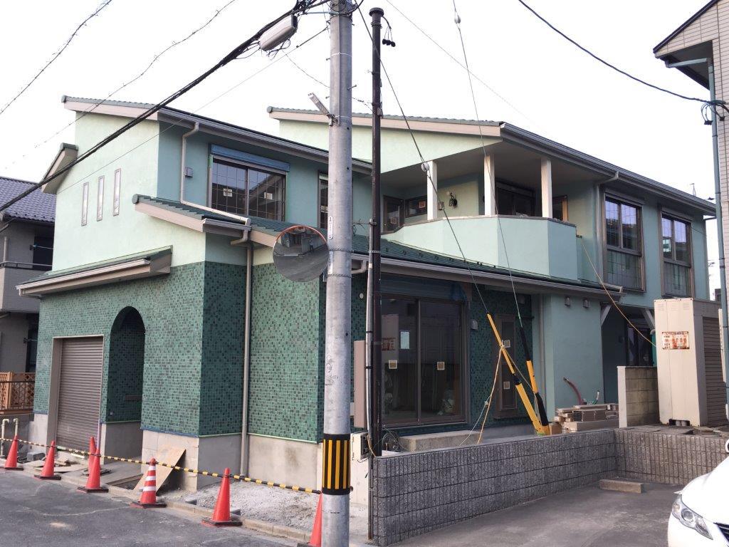 緑タイルの家 完成間近